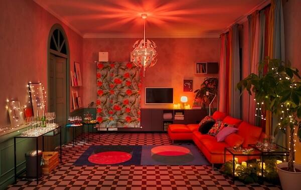 Obývacia izba pripravená na večierok s nábytkom popri stene, veľkým tanečným parketom, dekoráciami a náladovým osvetlením.