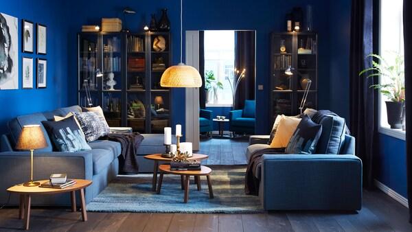 Obývacia izba s lampami so žiarovkami LED.