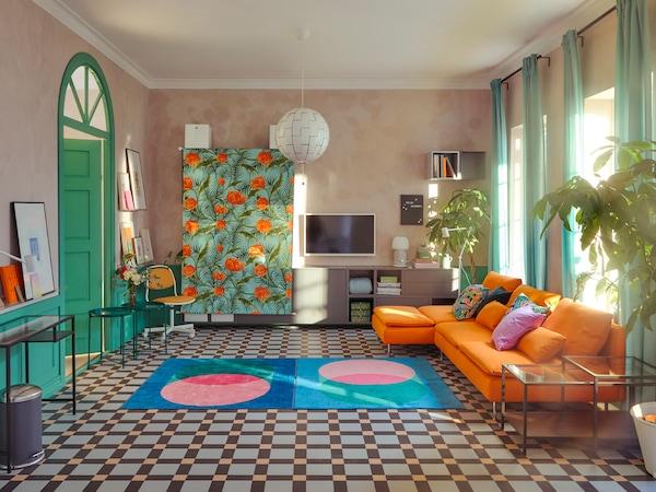Obývacia izba s pohovkami SÖDERHAMN a ďalším nábytkom odsunutým ku stene alebo zakrytým látkou.