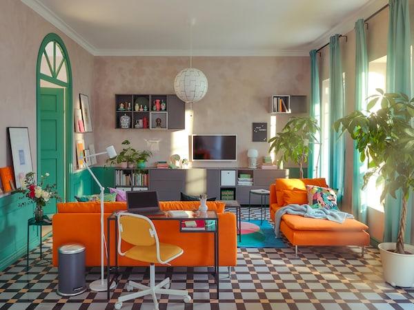 Obývacia izba so sedením SÖDERHAMN a pracovňou so stolom na laptop VITTSJÖ.