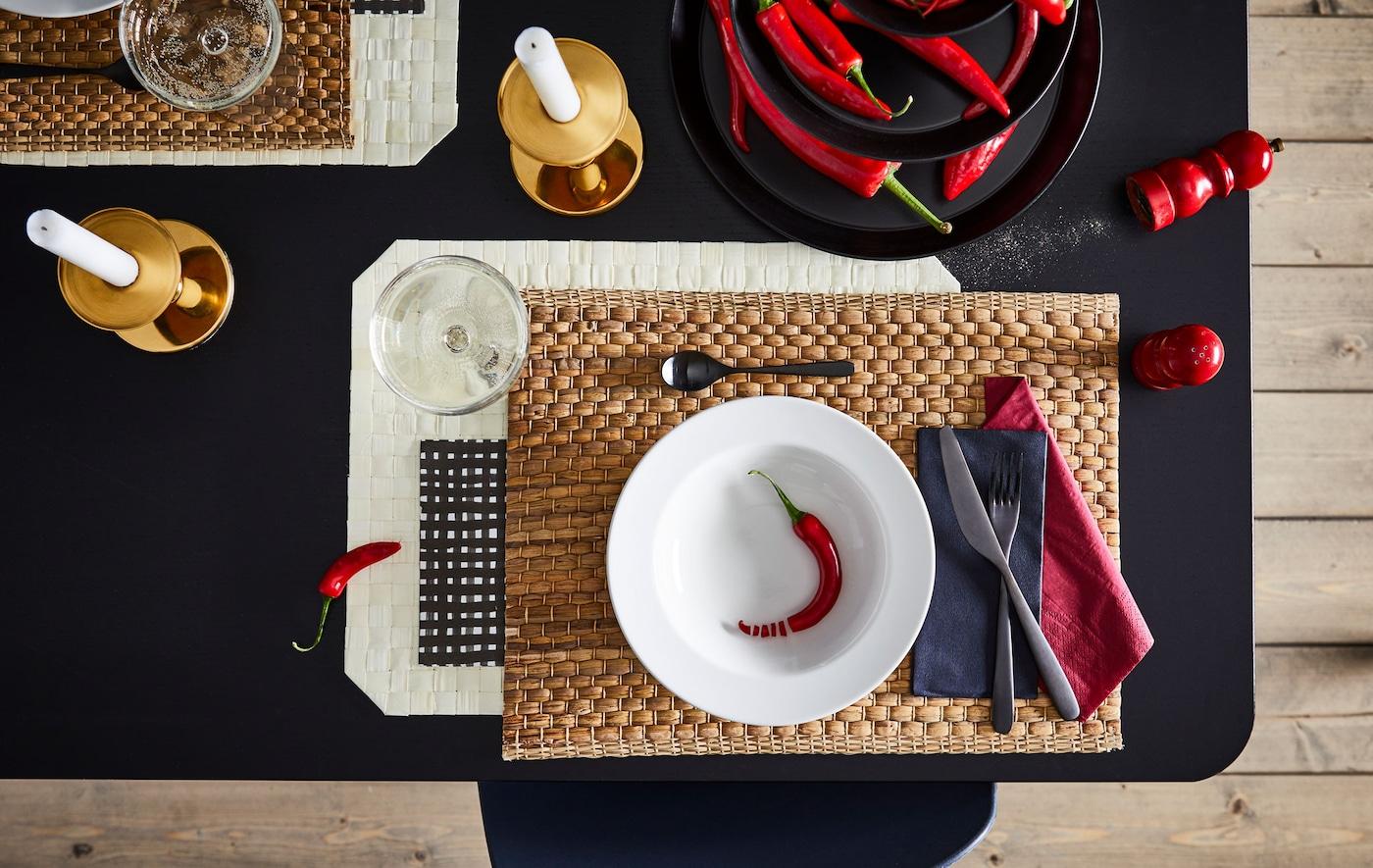 Odeljak trpezarijskog stola, vešto postavljen za jednu osobu, s usklađenim bojama, oblicima i materijalima.