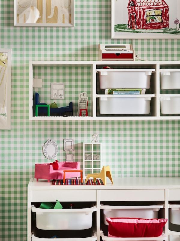 Odeljak zelenog i belog zida s kariranom šarom, s TROFAST kombinacijama za odlaganje, fiksiranim za zid i na podu.