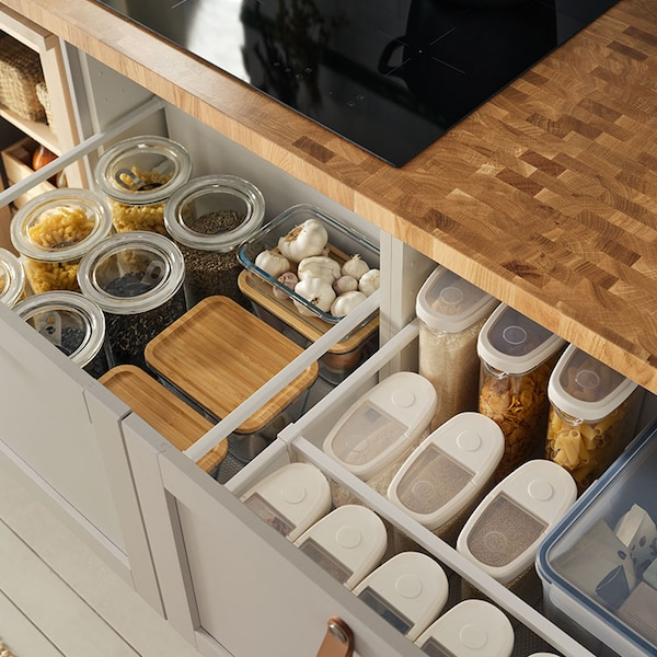 Offene Schubladen, in denen Vorräte ordentlich und nachhaltig in Vorratsbehältern sortiert sind.