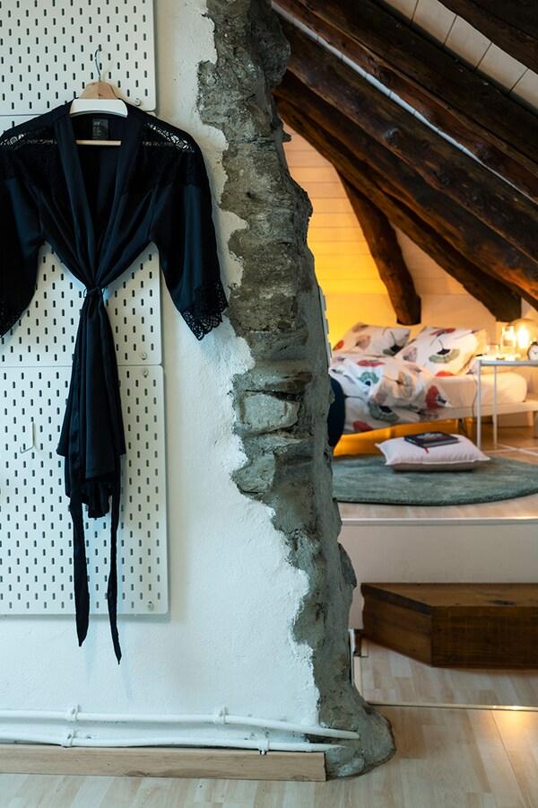 Offener Ankleideraum mit IKEA SKADIS kombiniert.
