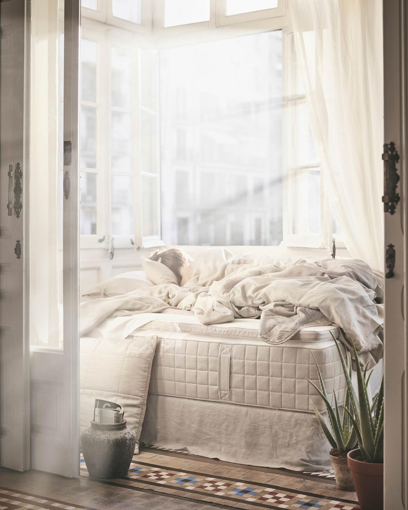 Offre-toi le confort d'un matelas confectionné dans des matériaux naturels. Le matelas à ressorts ensachés HIDRASUND crée un climat de sommeil frais et uniforme.