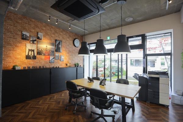 オフィスの一番奥のミーティングスペース。ナチュラルカラーと黒をバランス良く組み合わせてスタイリッシュな雰囲気に。