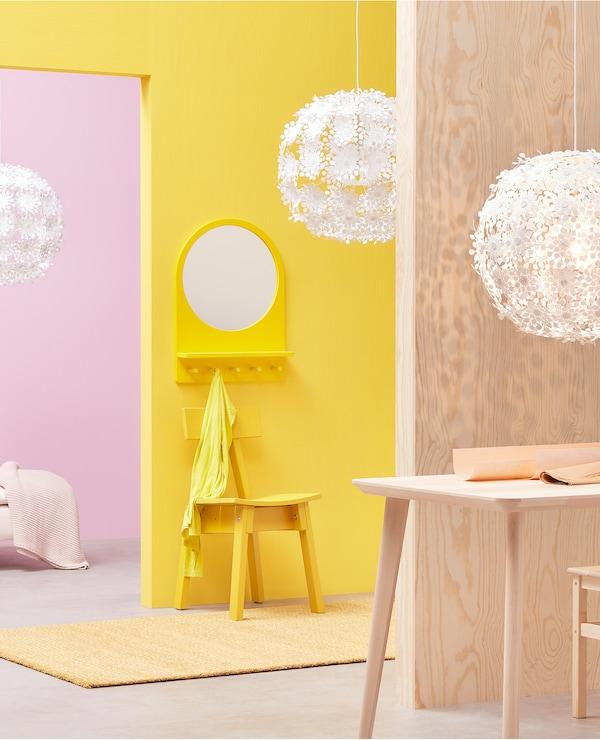 Okači izraz svog stila u kućnoj kancelariji, hodniku, dnevnoj sobi ili bilo kojoj prostoriji uz GRIMSÅS belu visilicu kompanije IKEA. Za njen okrugli oblik zaslužne su osamdeset četiri iglice na čijim se krajevima nalaze oblici poput apstraktnog cveća.