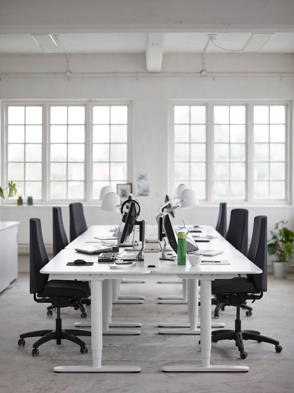 Omat työt ja yhteiset työt. IKEA SVIRVEL valkoinen työvalaisin. IKEA VOLMAR musta ergonominen työtuoli. IKEA VISSLE valkoinen johtolaatikko.