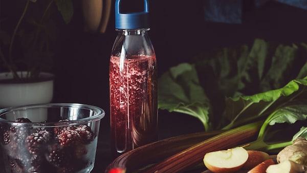 Opakovaně použitelná plastová láhev IKEA 365+ s ovocnou šťávou.