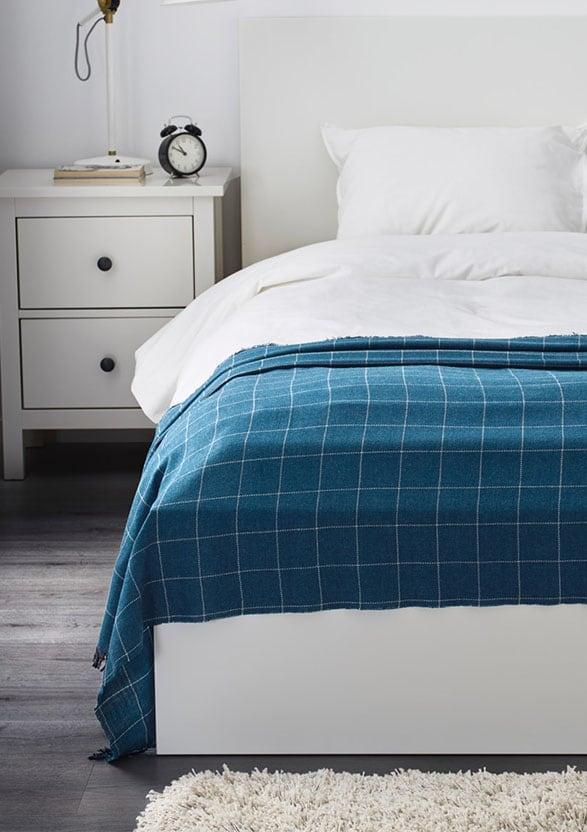 Opgemaakt bed met plaid