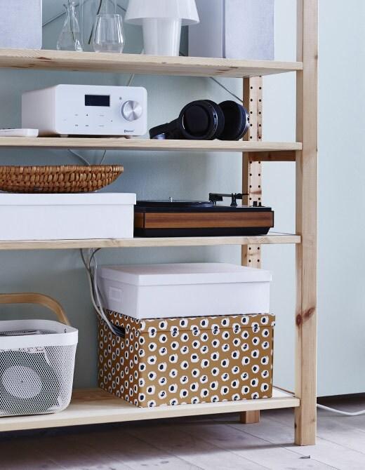 Ordonnez votre bureau ou votre meuble-télé en rangeant les câbles dans une belle boîte.