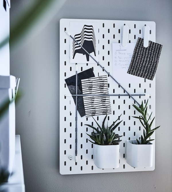 Organise your home workspace with smart home office furniture! Use a pegboard for both storing office supplies and displaying your favourite things. Try the IKEA SKÅDIS pegboard. Then complete it with the different removable accessories you need.