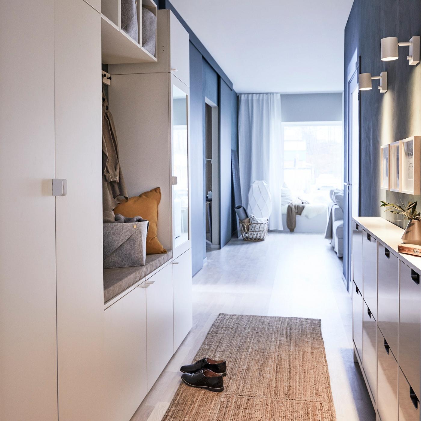 Organiseer je spullen met de PLATSA wit houten gelakte kledingkast, zodat er geen accessoires door de hang slingeren.