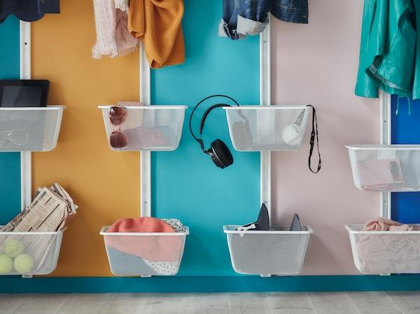 Organisez-vous en fixant des paniers au mur pour les affaires essentielles de chacun.