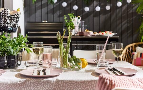 Organisiere ein spontanes, sommerliches Grillfest für deine Liebsten. Beleuchten kannst du das Ganze wunderbar u. a.  mit IKEA SOLVINDEN Dekoration für Beleuchtung!