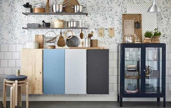 Organiza los pisos compartidos pintando de diferente color los armarios de cocina de cada persona, utilizando los salvamanteles como tablones de anuncios y poniendo estanterías de baño abiertas.
