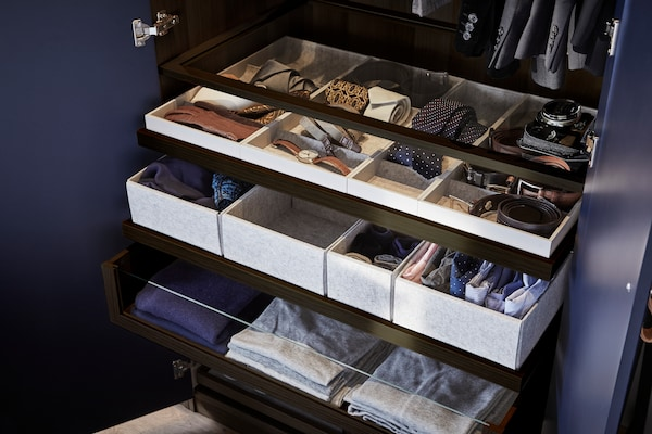 Organizar armario con cajas para la ropa y por colores