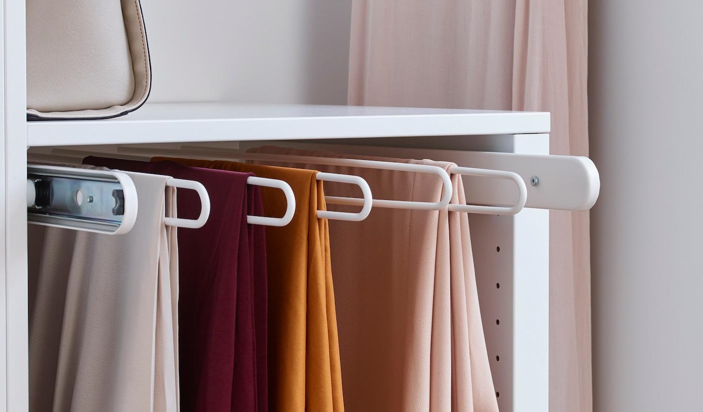 Organizar el armario con perchas de pantalón extraíbles