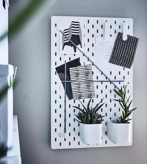 Организуйте домашнее пространство с помощью «умной» офисной мебели. Используйте настенную панель для хранения как офисных принадлежностей, так и любимых вещей: например, настенную панель ИКЕА СКОДИС. Дополните ее различными съемными аксессуарами исходя из своих нужд.