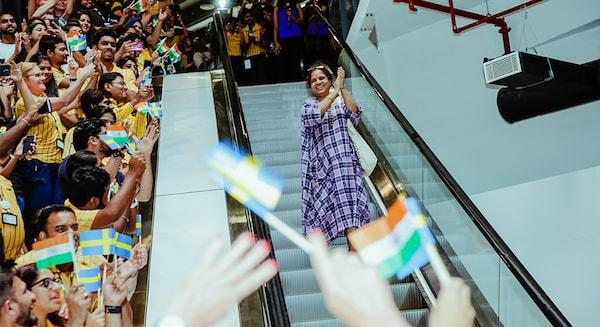 Os colaboradores da IKEA Índia celebram a abertura da primeira loja IKA do país nas escadas rolantes.
