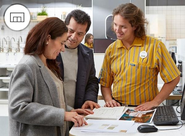 Osoby planujące kuchnię w sklepie IKEA