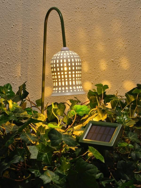 Oświetlenie ziemne LED na baterie słoneczne SOLVINDEN w nocy.