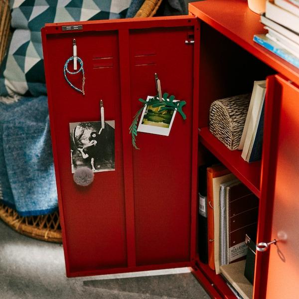 Otevřená červená skříňka IVAR.
