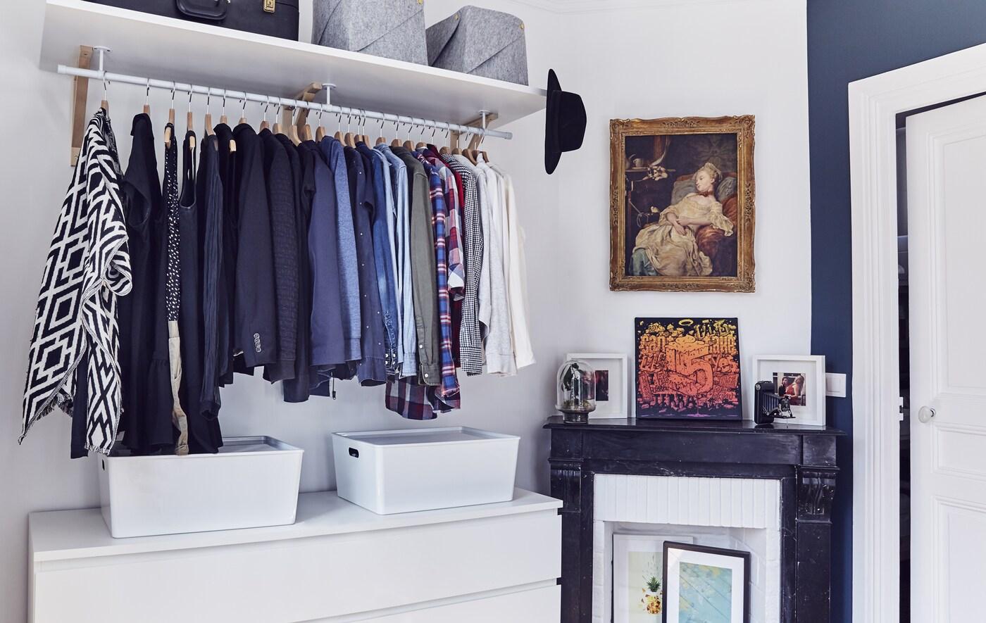 Открытый гардероб в спальне.