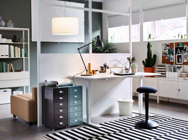 Otthoni iroda, fehér, állítható magasságú íróasztallal.