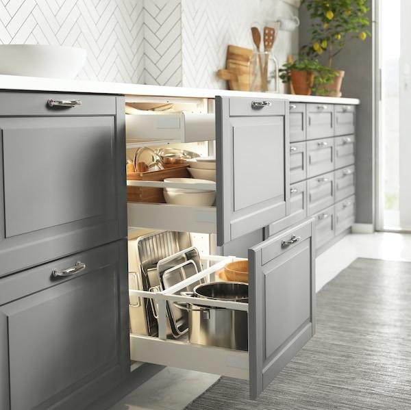 Otwarte szuflady kuchni METOD z szarymi frontami BODARP.