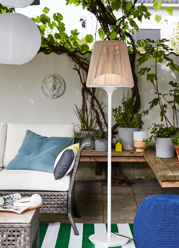 Outdoor-approved LED floor lamp with slatted beige lampshade.