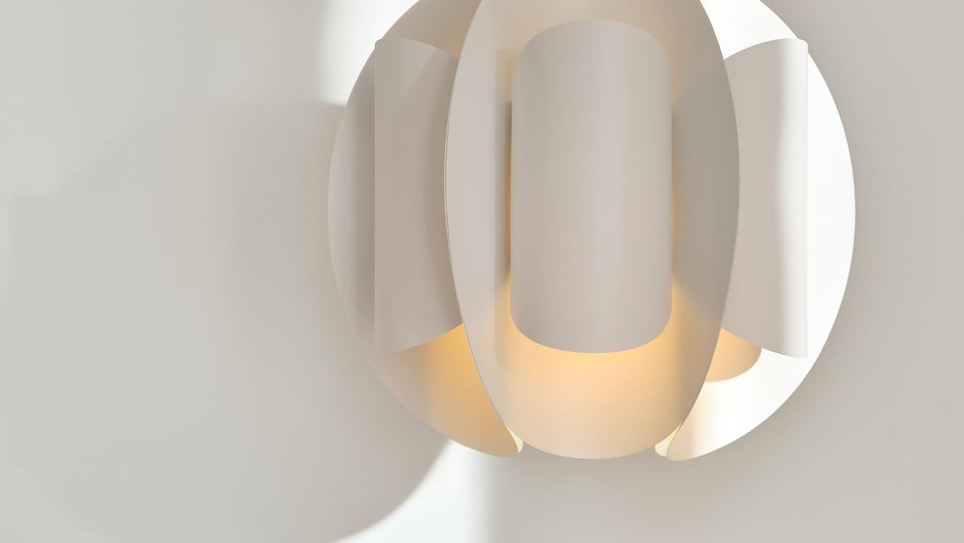 På dette nærbillede kommer TRUBBNATE loftlampeskærmens foldede form og bløde, spredte lys rigtig til sin ret.