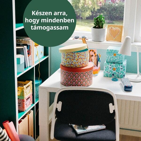 PÅHL gyerek íróasztalon színes LANKMOJ fedeles dobozok.