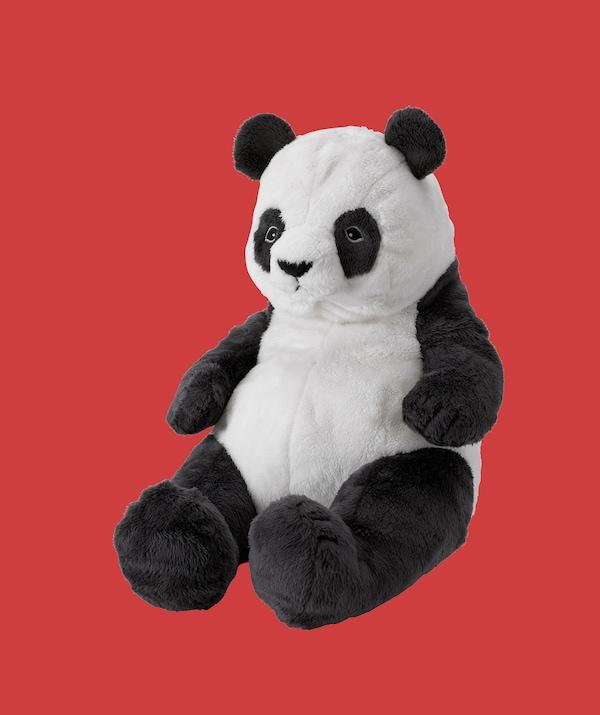Panda pehmolelu punaisella taustalla.