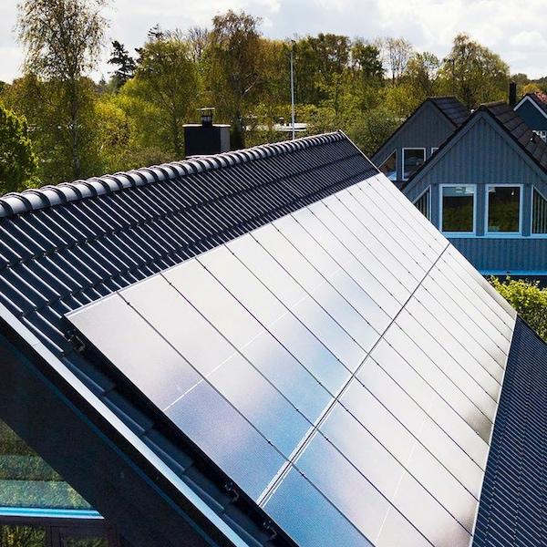 Panele słoneczne IKEA na dachu domu