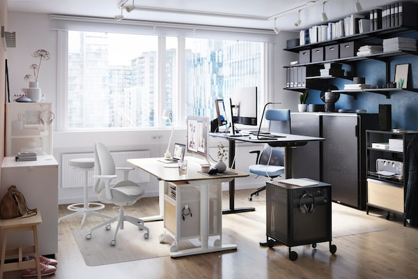 Paní pracující na počítači z pohodlí domácí kanceláře.