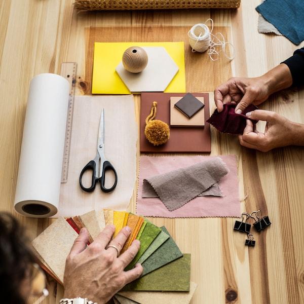 Papier s nákresom, nožnicami a ceruzkami, ktorý znázorňuje workshopy a podujatia organizované IKEA Family.