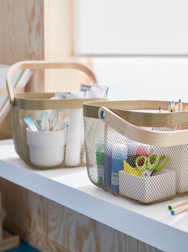 Parapet s dvěma košíky RISATORP s různými výtvarnými potřebami.