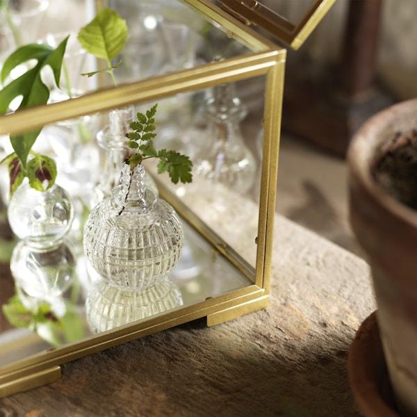 Particolare della minivetrina BOMARKEN in vetro e acciaio color oro - IKEA