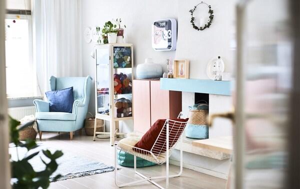 パステルカラーの家具と装飾品があるリビングルーム。