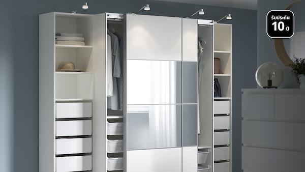 ห้องนอนที่มีตู้เสื้อผ้า PAX/พักซ์ สองหลัง ไม้โอ๊คย้อมสีขาว