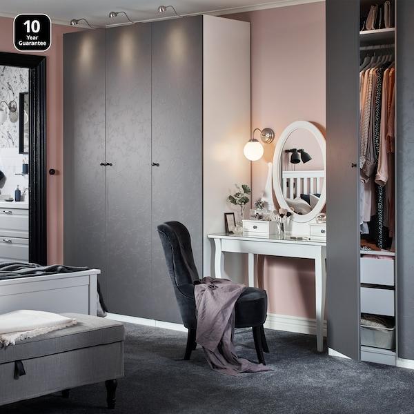 ห้องนอนที่มีตู้เสื้อผ้า PAX/พักซ์ และบานตู้ Flornes/ฟลูเนส สีเทา