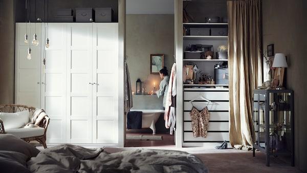 PAX garderob med dörrar och öpenlösnings med KOMPLEMENT inredning i ett stort room.