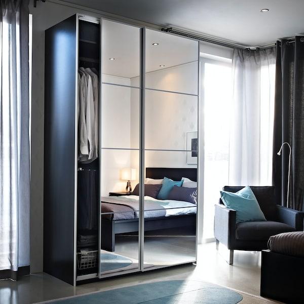 PAX garderobeskap med skyvedører i speil.
