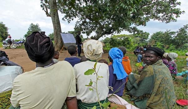 Peladang Uganda mendapat nasihat dan pendidikan sebagai sebahagian daripada projek White Nile.