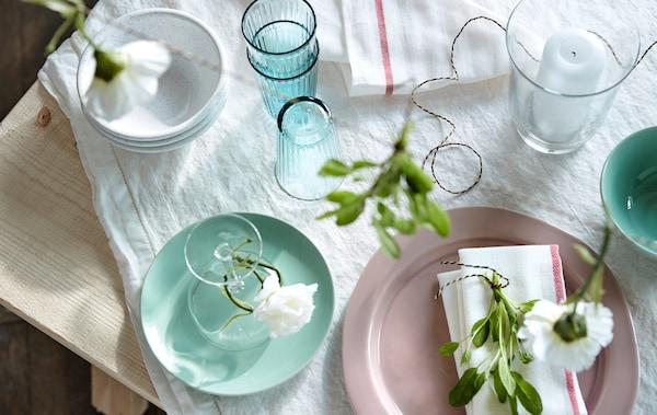 Per apparecchiare una tavola estiva parti da una tovaglia bianca, come la tovaglia in pizzo bianco GULLMAJ di IKEA