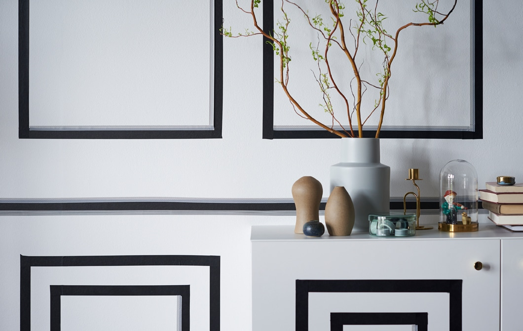 Per ravvivare un appartamento in affitto senza rinnovarlo completamente, ecco una soluzione veloce e conveniente. Con il nastro adesivo nero GIVANDE bastano un paio d'ore di fai da te per creare una decorazione d'effetto sulla parete del soggiorno - IKEA