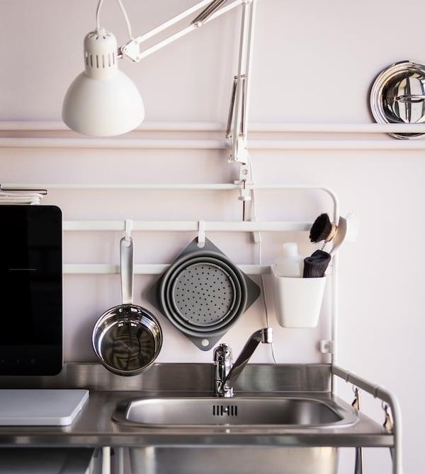 Per un piano di lavoro sempre sgombro e pulito, basta appendere gli accessori per lavare i piatti e gli utensili da cucina ad alcuni pratici ganci. Scopri la serie SUNNERSTA e le altre soluzioni per le cucine piccole - IKEA