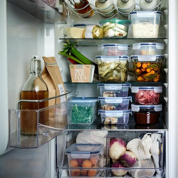 Perfekt organisierter Kühlschrank mit IKEA 365+ Vorratsbehälter aus BPA freiem Kunststoff und aromadicht verschließenden Deckel