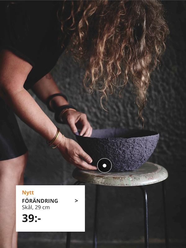 Person håller i en FÖRÄNDRING skål.